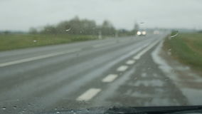 Deszcz nalewa na samochodowym szkle zbiory