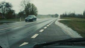 Deszcz nalewa na samochodowym szkle zdjęcie wideo