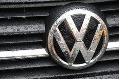 Deszcz opuszcza na niemieckim volkds wagen VW samochodu logu zdjęcia royalty free
