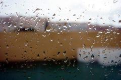 Deszcz opuszcza na okno, balkon w tle Obrazy Royalty Free