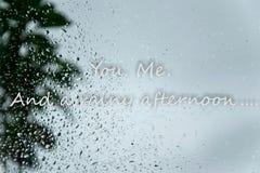 Deszcz opuszcza na okno i tekscie «Ty Ja I dżdżystego popołudnia «oferty kochliwy pojęcie w złej pogody dniach obrazy stock