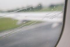 Deszcz opuszcza na okno samolot Zdjęcie Royalty Free