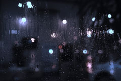Deszcz opuszcza na okno z ulicznymi bokeh światłami Zdjęcie Royalty Free