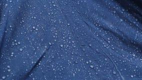 Deszcz Opuszcza uderzać błękitnego parasol zbiory wideo