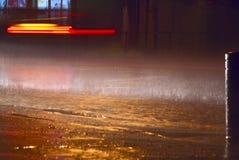 Deszcz przy nocy miastem Zdjęcia Royalty Free