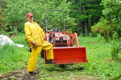 Deszczowego dnia ciągnikowy mężczyzna Zdjęcia Royalty Free