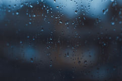 Deszczowi dni, deszcz opuszczają na okno, dżdżystej pogodzie, podeszczowym tle, deszczu i bokeh, Fotografia Stock
