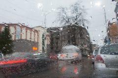 Deszczowi dni, wieczór, podeszczowe krople na okno z ruchem drogowym zamazują Rozmyta samochodowa sylwetka Fotografia Stock