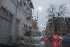 Deszczowi dni, wieczór, podeszczowe krople na okno z ruchem drogowym zamazują Rozmyta samochodowa sylwetka Zdjęcia Stock
