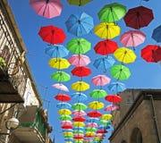 Deszczowy dzień ochrona z latającymi parasolami w lato ulicy festiwalu Zdjęcie Stock