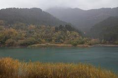 Deszczowy dzień w jeziornym Tsivlos fotografia stock