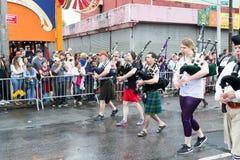 Deszczowy dzień w 2017 syrenki paradzie w Coney Island fotografia stock