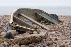 detövergav fartyget ligger på stranden som täckas med stenar Royaltyfria Foton