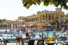 Det äldsta Szechenyi medicinska badet är det största medicinska badet i Europa Royaltyfri Fotografi