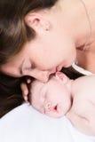 Fostra, och nyfött behandla som ett barn Royaltyfri Fotografi
