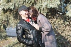 Det älska paret går i parkera Royaltyfri Foto