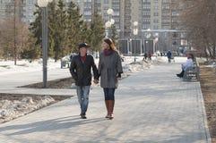 Det älska paret går i parkera Royaltyfri Fotografi