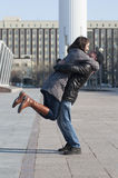 Det älska paret går i parkera Fotografering för Bildbyråer