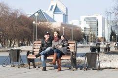 Det älska paret går i parkera Arkivfoton