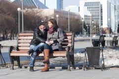 Det älska paret går i parkera arkivbilder