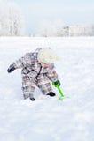 Det älskvärda 1 året behandla som ett barn i vinter utomhus Arkivfoton