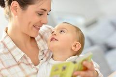Det älskvärda ögonblicket av barn moder och henne behandla som ett barn Arkivbild