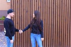 Det älskvärda paret som kramar och ser in i de ` s, synar, försiktigt Arkivbild