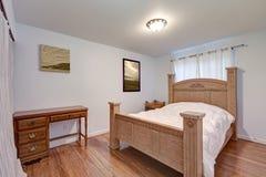 Det älskvärda sovrummet presenterar ursnyggt trä sniden säng Royaltyfri Foto