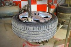 Det ändrande bilgummihjulet för knipa deflaterade det arkivbild