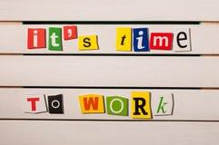 Det är dags att arbeta - skriftligt med urklipp för färgtidskriftbokstaven på träbräde text för rest för bild för com-begreppsfig Royaltyfri Foto