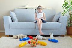Det är dags att göra ren upp dina leksaker! arkivfoton