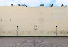 Det är den tomma staden per bilen en parkering i gården av det gamla huset Arkivfoton