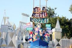 Det är en liten värld som remebering den New York världsmässan, Disneyland Fantasyland, Anaheim, Kalifornien Arkivbilder