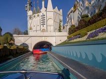 Det är en liten världsdragning på Disneyland Royaltyfri Bild
