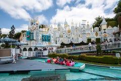 Det är en liten världsritt på Disneyland, Kalifornien Royaltyfri Bild