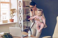 Det är inte lätt att vara en funktionsduglig mamma! arkivfoto