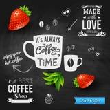 Det är kaffetid. Svart tavlabakgrund, realistiska jordgubbar Royaltyfri Bild
