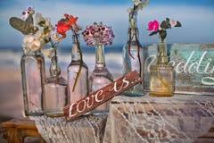 Det är skriftligt på havet för blommor för etikettordförälskelse Fotografering för Bildbyråer