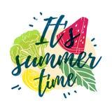 Det är sommar Tid Skriv ut T-tröja med texten och dekoren av frukter, grönsaker och bär vektor royaltyfri illustrationer