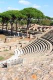 Fördärvar av Amfitheatre och brandkåren, Ostia Antica, Italien Arkivbilder