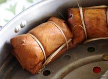 Det ångade THAILÄNDSKA mellanmålet, klibbiga ris med kokosnöten mjölkar och banandubblettpacken Royaltyfria Foton