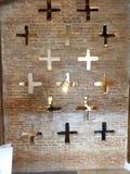 Det åtskilliga korset formade hål som delar delningen royaltyfri bild
