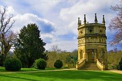 Det åttahörniga tornet på springbrunnar abbotskloster, North Yorkshire, i den sena mars 2019 arkivfoto