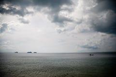 Det öppna havet som svävar på ett litet fartyg Royaltyfri Foto