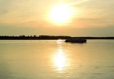 Det övergående fartyget på solnedgången Fotografering för Bildbyråer