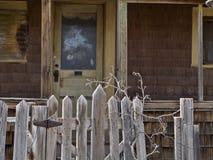 Det övergav huset utfärda utegångsförbud för och ytterdörren Royaltyfri Fotografi