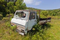 det övergivna fältet rostade lastbilen Fotografering för Bildbyråer