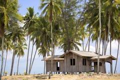 det övergivna strandhuset gömma i handflatan arkivfoton