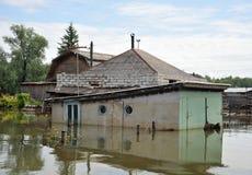 Det översvämmade garaget Floden Ob, som dök upp från kusterna, översvämmade utkanten av staden Royaltyfri Fotografi