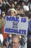 Det �War tecknet är obsolete� på fred samlar, Los Angeles, Kalifornien arkivfoto